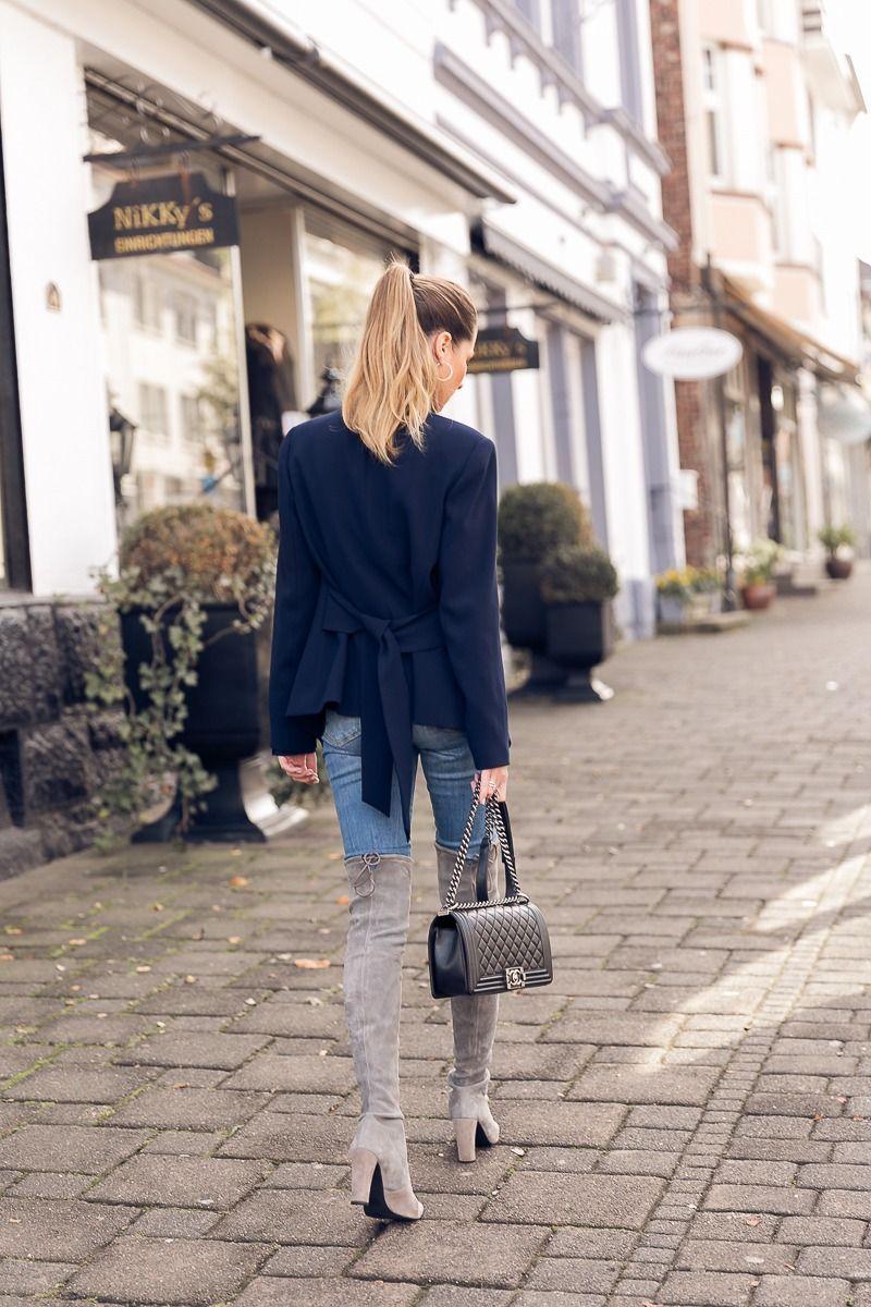 die stiefel sind zur ck overknees blazer stehkragenbluse jeans outfits stephanie van. Black Bedroom Furniture Sets. Home Design Ideas