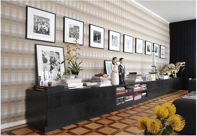 A sala revela a mais significativa característica da decoração do apartamento de 140 m² do ator Malvino Salvador: o casamento entre o vintage e o contemporâneo. Projeto do designer de interiores Gustavo Jansen