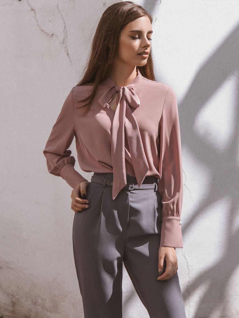 Блузка с воротником в бант отличная возможность сделать офисный лук более  нарядным и женственным. Её 43803b7a739