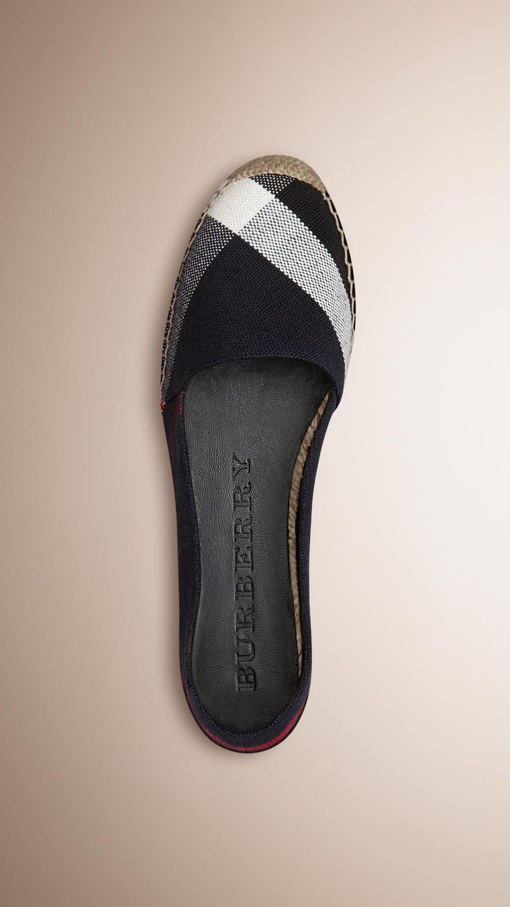faf4c36815f0 Chaussures pour femme   Burberry en 2018   chaussure   Pinterest ...