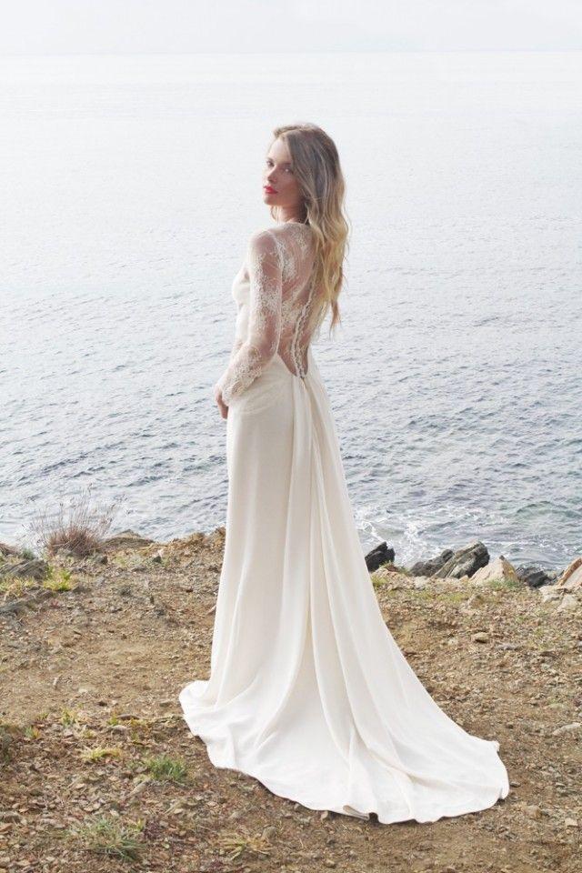 Une robe avec un dos nu en dentelle et une traîne délicate Caroline Takvorian - Collection 2017