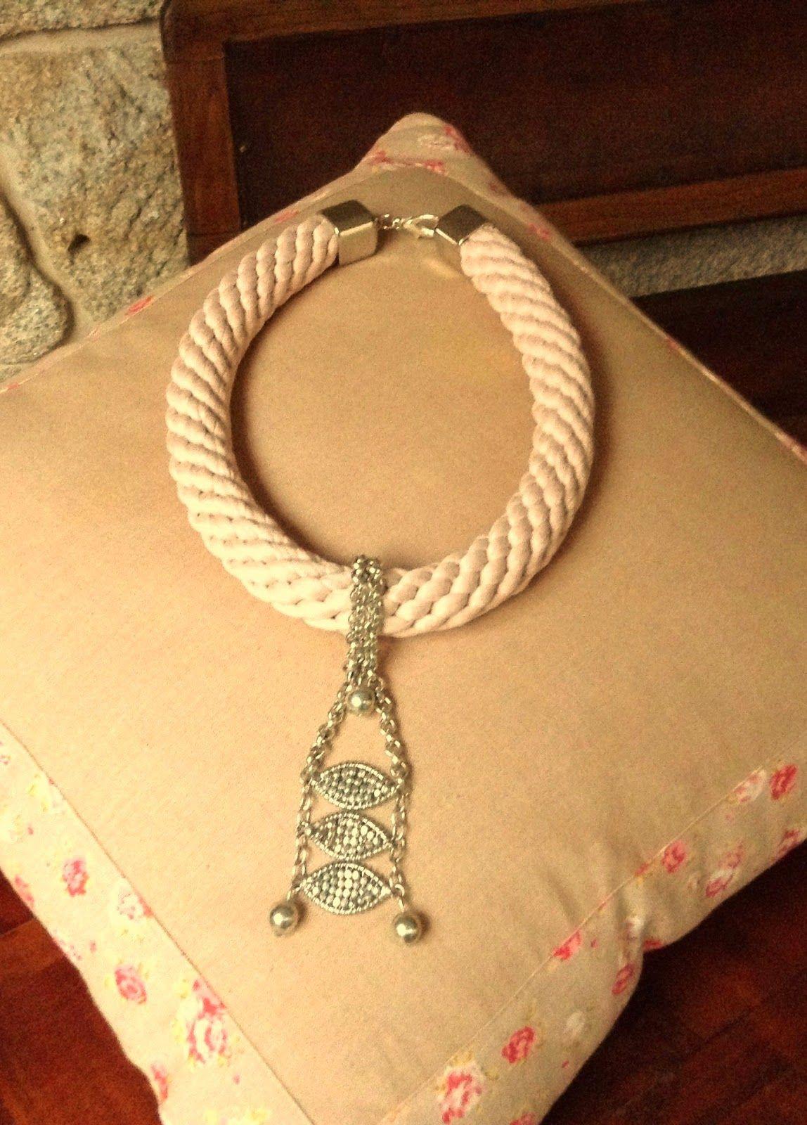 Gargantilla de cordón en rosa palo con apliques y cierre metálico en color plata