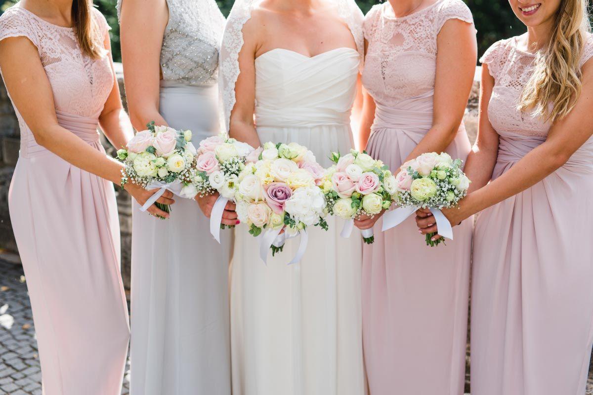 Die Brautjungfern Die Trauzeugin Und Die Braut Mit Straussen Zur Hochzeit Entstanden Bei Der Munchener Hochzeit In Der St Georgs Hochzeit Brautjungfern Braut