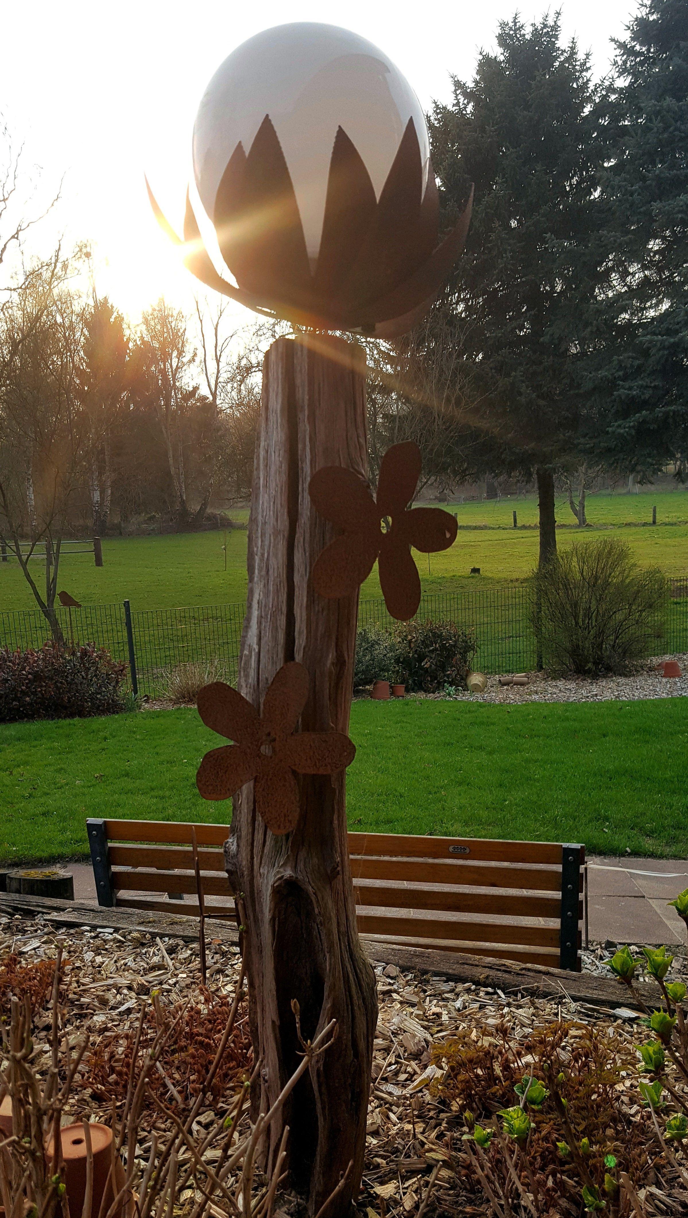 Alter Weidezaunpfahl Mit Kelch Und Blumen Aus Blech Rost Mit Solarkugel Solarkugeln Pfosten Kelch