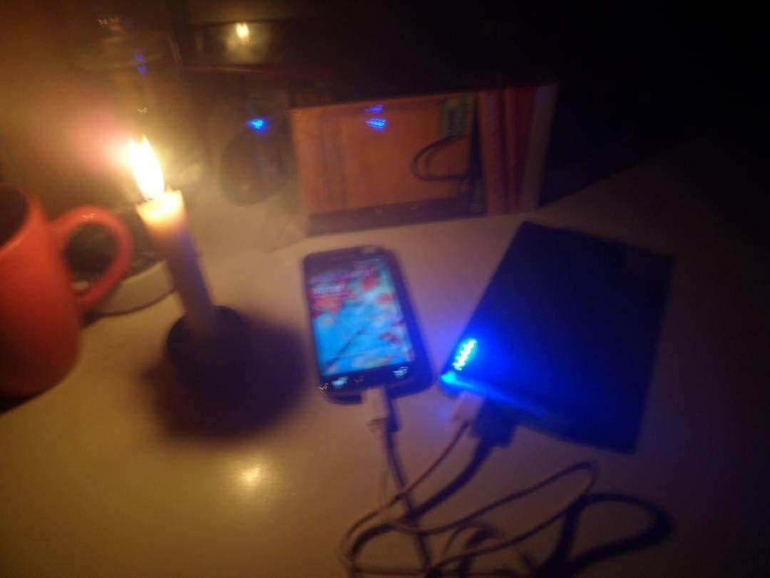 Aprovechando el cargador portátil en este largo corte de luz! #allreparo #cortedeluz #cargador #portatil #smartphone