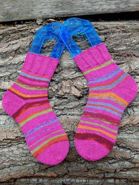 полосато-полосатые носки связаны из секционной регии и однотонной пряжи, совпадающей по цвету с цветом одной из секций в регии.  Мысы, пятки и резинка однотонные, остальное получилось полосато-полосатое :)