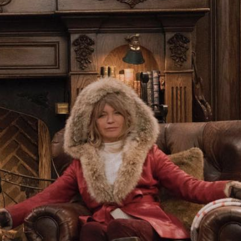 See Goldie Hawn And Kurt Russell S Festive Christmas Photo Goldie Hawn Santa Suits Santa Costume