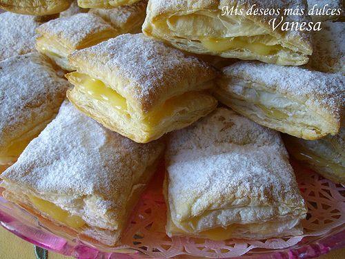 Hojaldre relleno de lemon curd  http://www.misdeseosmasdulces.com/2009/08/hojaldre-relleno-de-lemon-curd.html