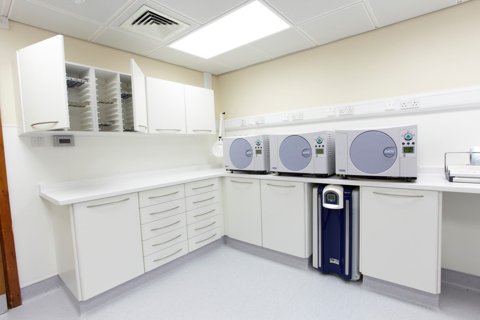 Made To Measure Dental Cabinetry At Liverpool Road Dental Surgery  # Luverpool Muebles