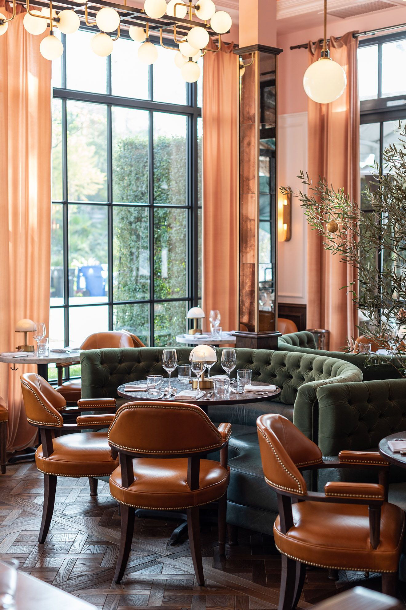 Design studio Fettle has showcases The Draycott; a European-inspired brasserie with a beautiful Californian twist located in Pacific Palisades, Los Angeles by acclaimed restaurateurs Matt and Marisa Hermer. #interiordesign #restaurant #bar