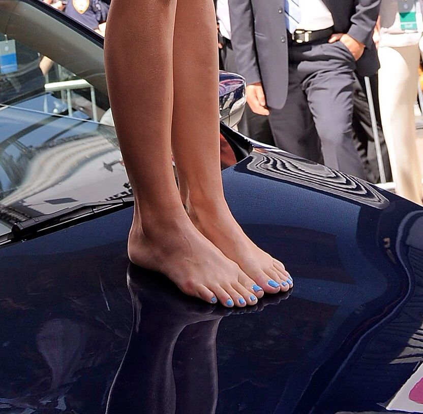 Katy perry toes something