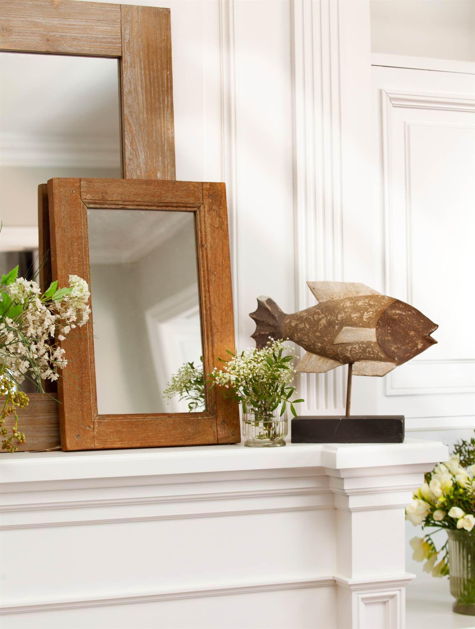 Detalle de espejos de dos tama os con marco de madera for Espejos decorativos para chimeneas