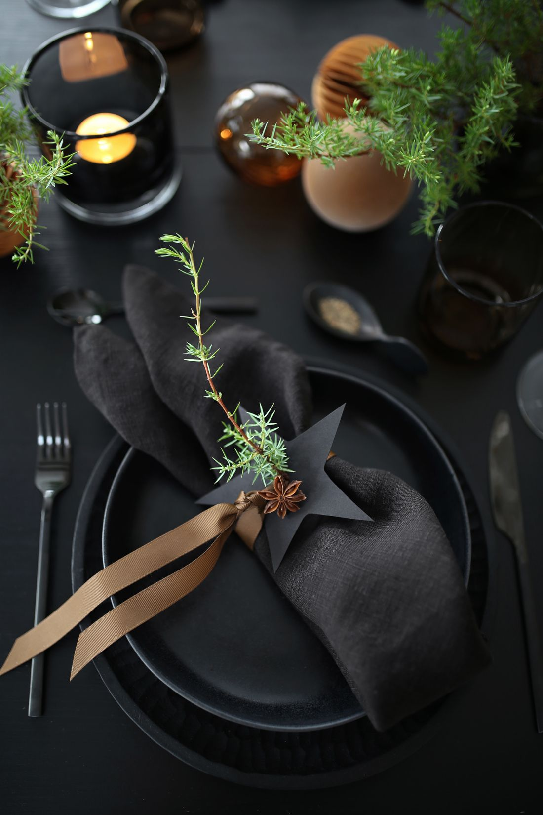 DARK CHRISTMAS TABLE SETTING - Therese Knutsen #borddekkingnyttårsaften