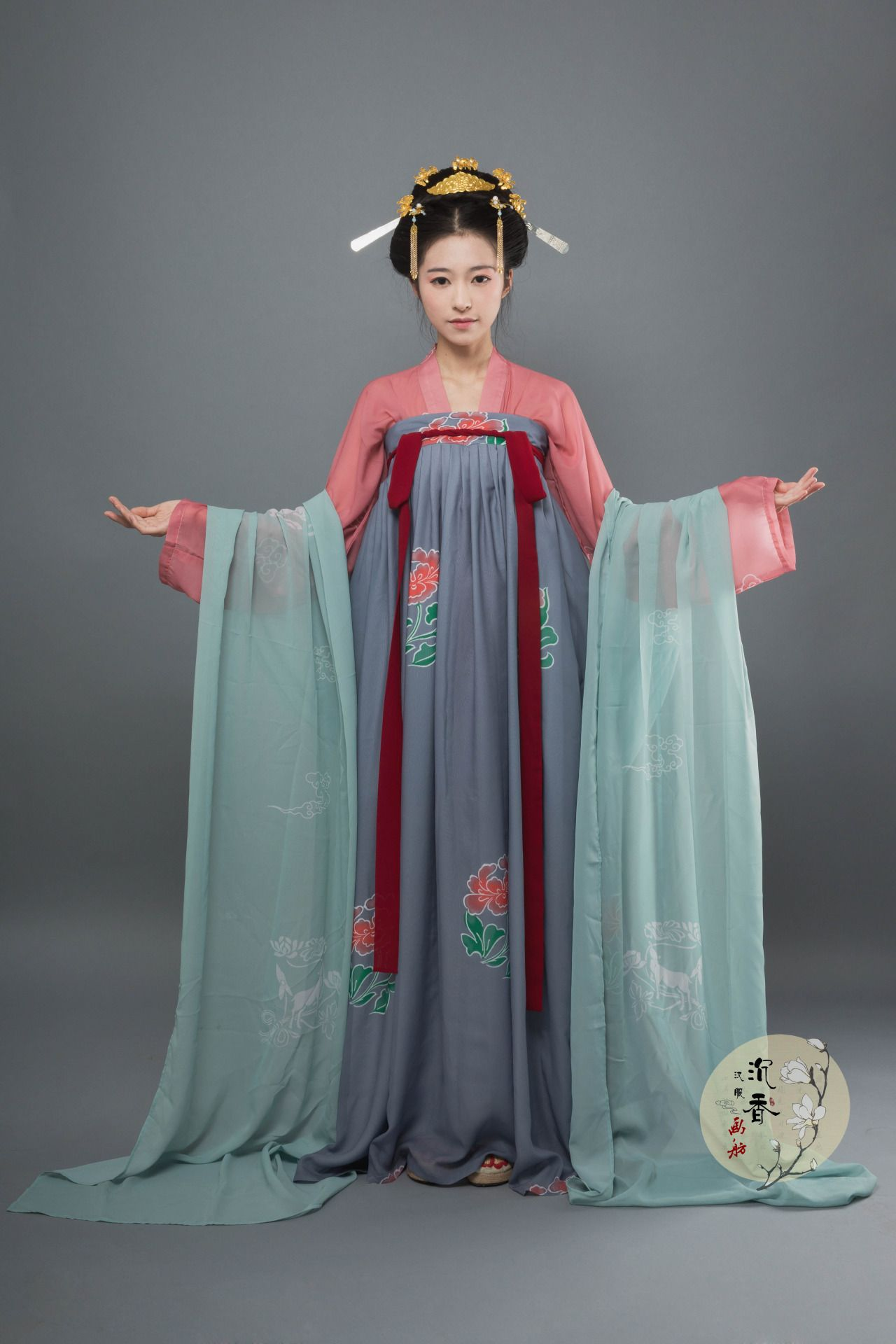 """c546add81 hanfugallery: """" Traditional Chinese hanfu, qixiong ruqun/chest-high ruqun.  Tang dynasty style. 沉香画舫 """""""