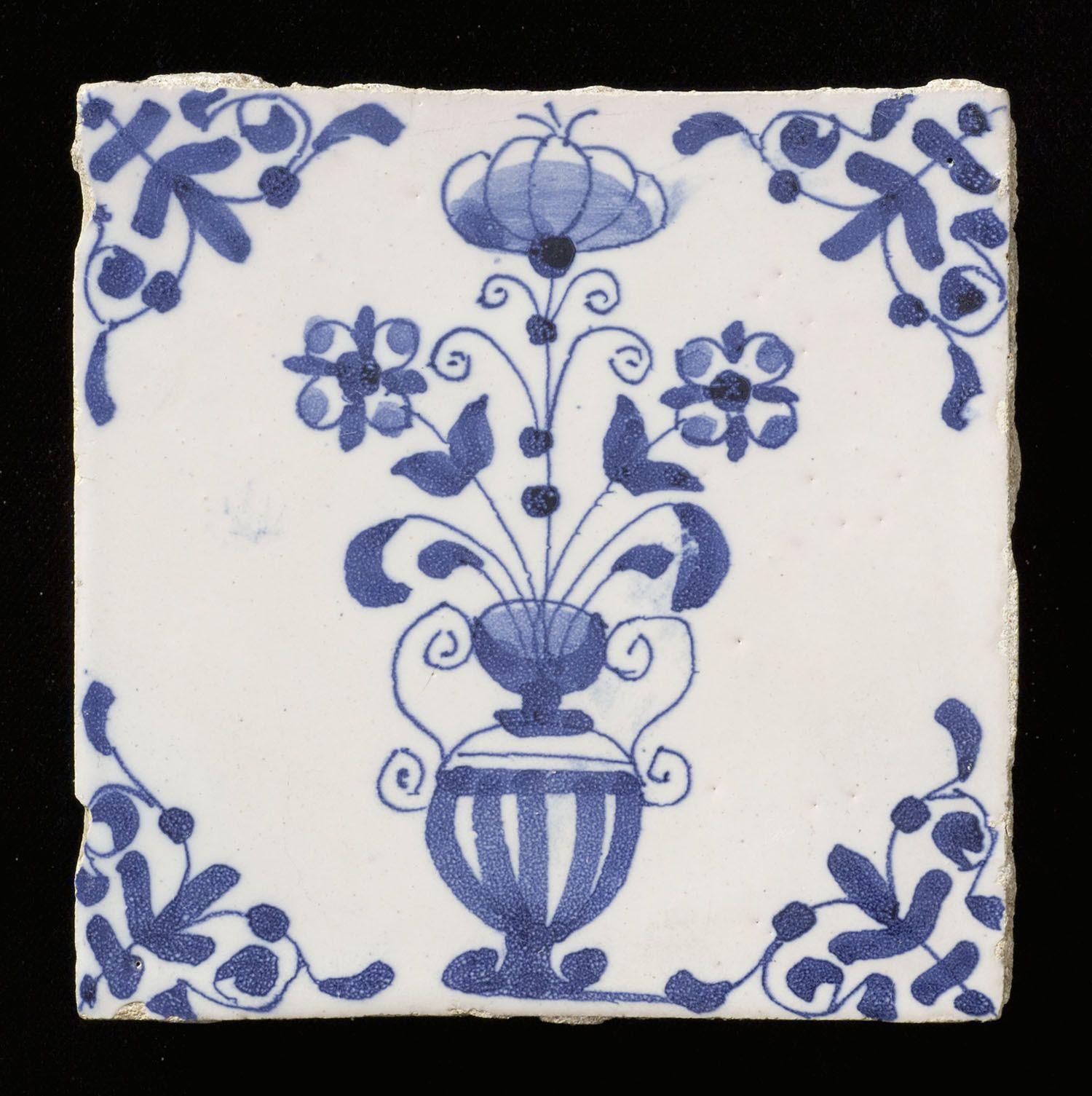 Tegel van aardewerk met tinglazuur, voorstellende een bloempot, gemaakt in Makkum, ca. 1850-1900