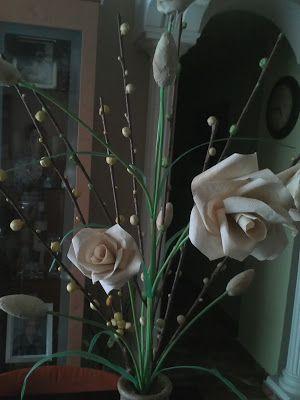 Jarrón con rosas y capullos