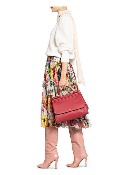 Zeitloser Klassiker: Die exklusive Handtasche SICILY SOFT MEDIUM von DOLCE&GABBANA! Das edle Modell wartet mit stilvoll genarbtem Kalbsleder auf. Goldfarbene Metalldetails runden das Design stilvoll ab und lassen Fashionista-Herzen höher schlagen. Krönen Sie Ihre eleganten Outfits mit diesem in Italien gefertigten Designer-Piece!