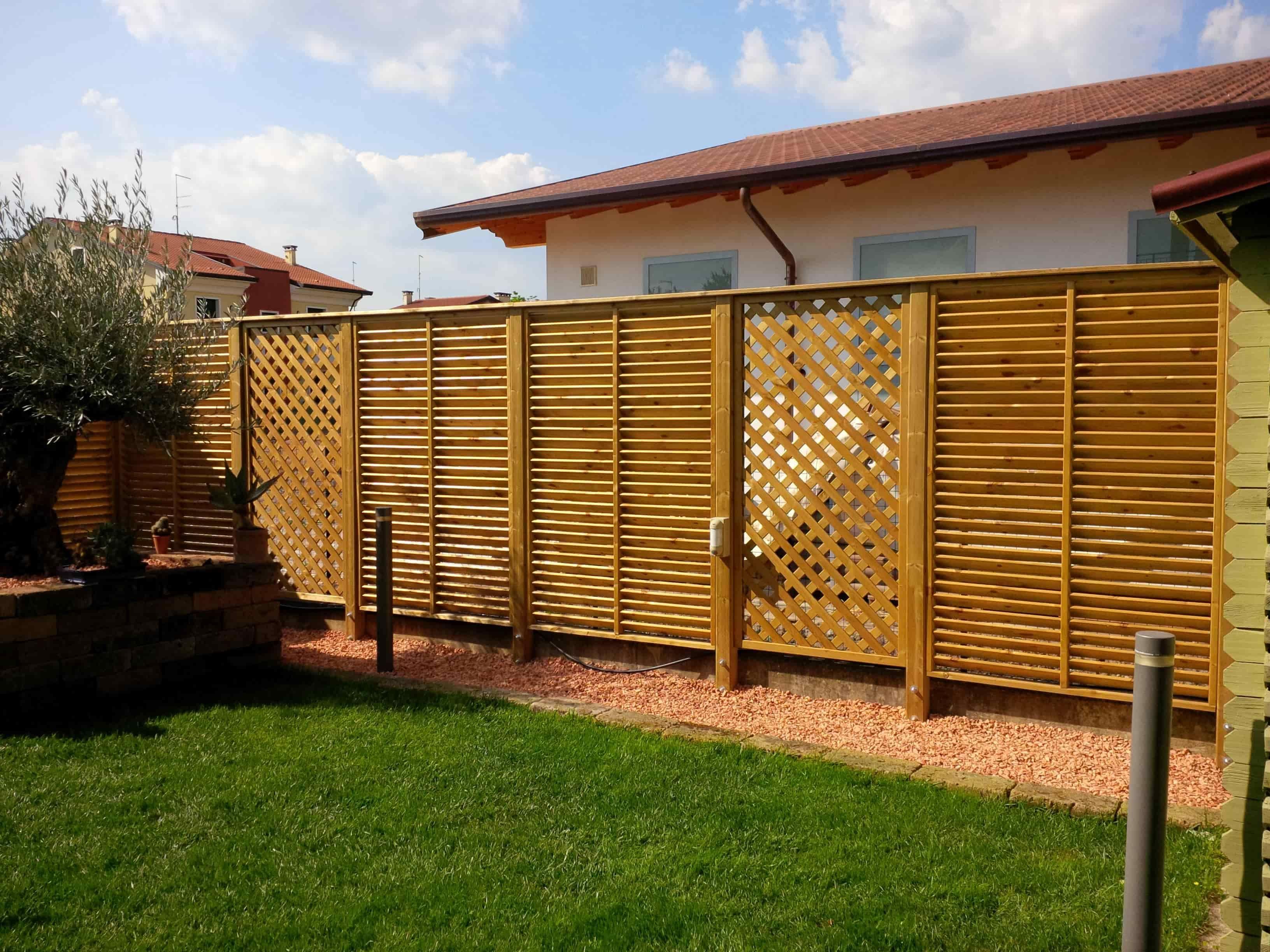 barriera verticale di grigliati e frangivista in legno di