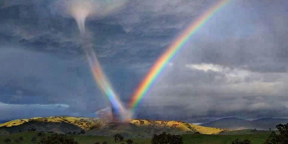 巨大な虹と竜巻が並んで発生した画像