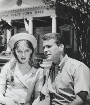 Mia Farrow as Allison Mackenzie and Ryan O'Neal as Rodney ...