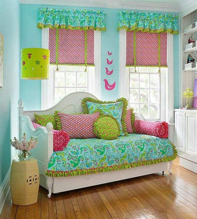 Cheerful color combo for a spare room.