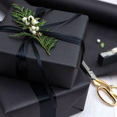 Schwarzes Geschenkpapier.