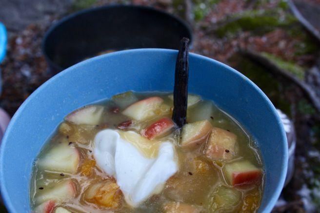 Varm fruktsuppe med vaniljestang og vaniljekesam