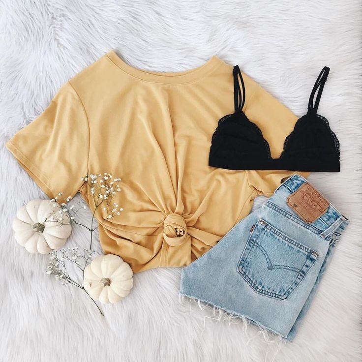 Photo of Gelb verknotetes T-Shirt und abgeschnittene Jeansshorts mit einer schwarzen Bralette. Besuchen Sie Daily D … – Sommer Outfits