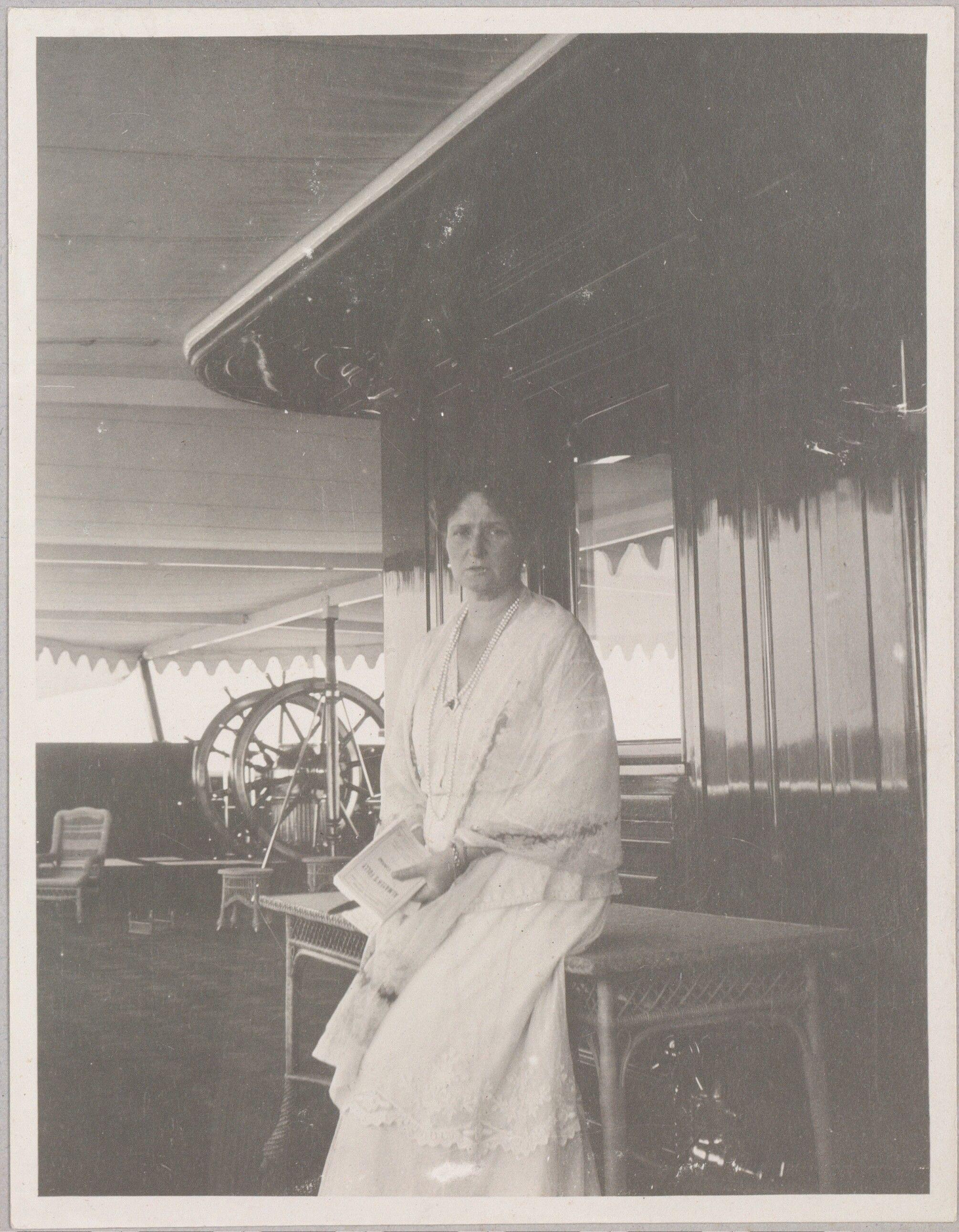 Empress Alexandra Feodorovna no convés do Imperial Yacht Standart, em 1914.