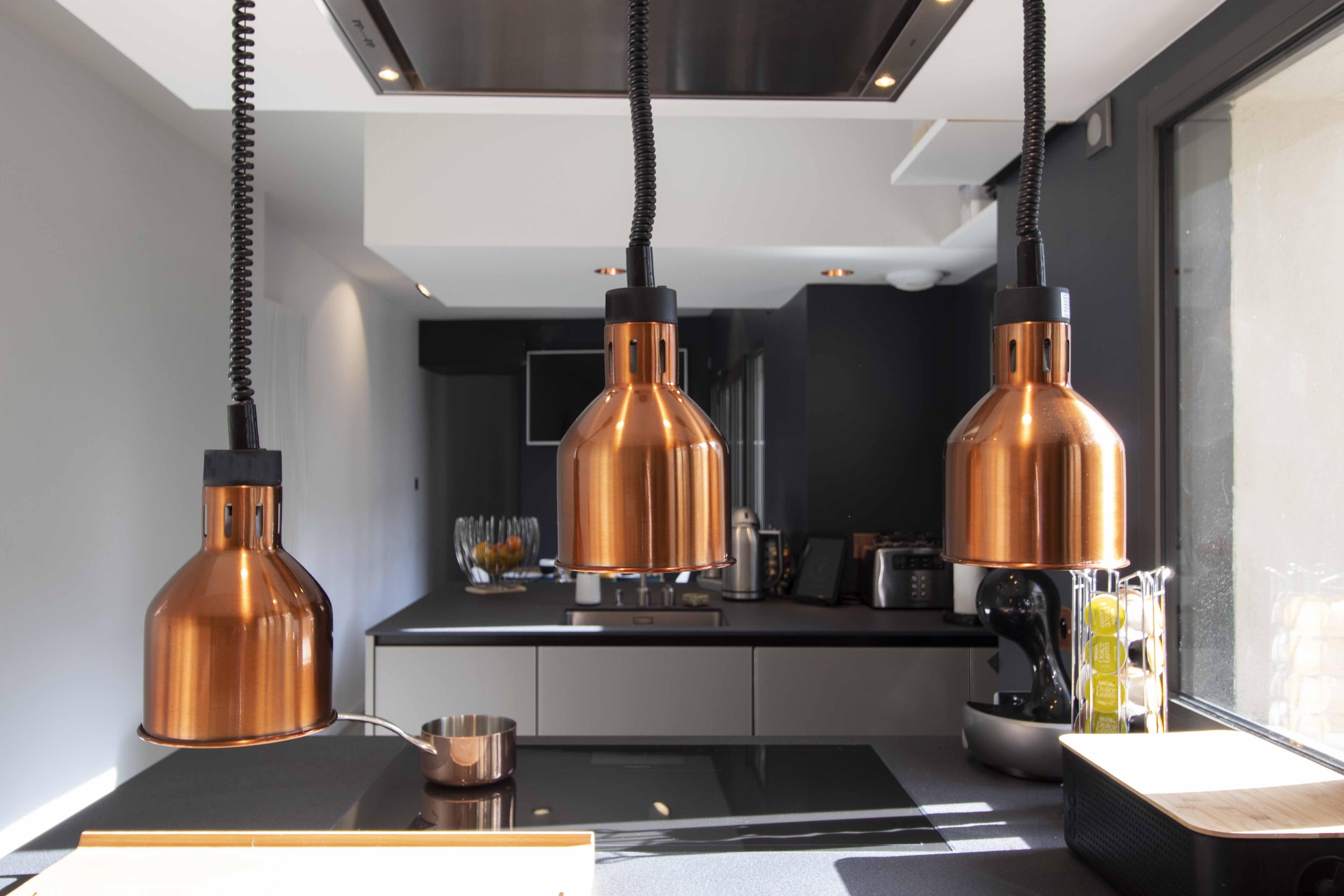 Architecte Interieur La Rochelle cuisine bois laque et cuivre, lampes chauffantes infrarouges