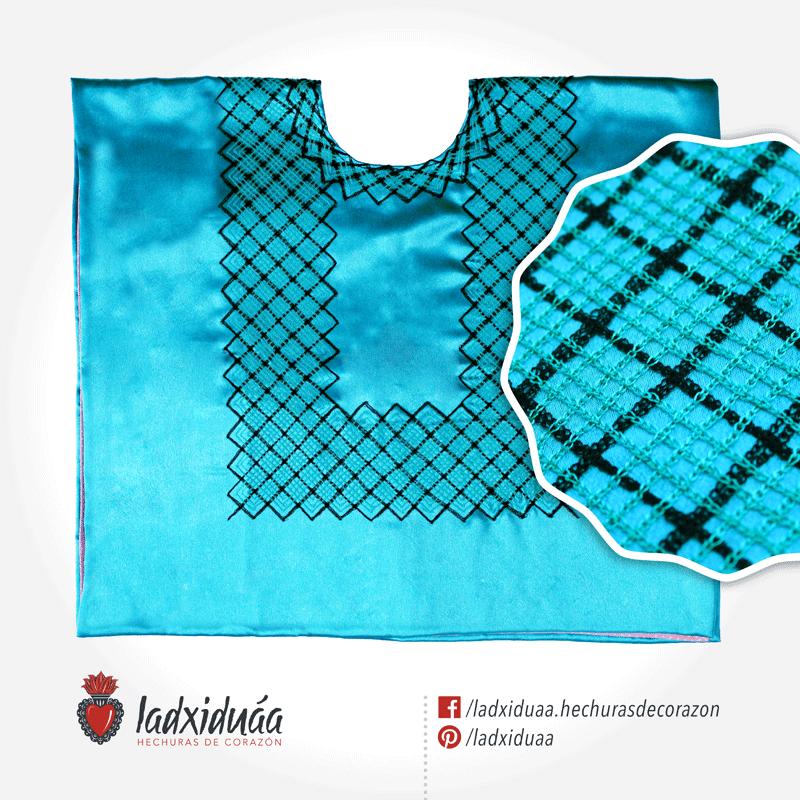 Huipil sencillo turquesa satinado, con tejido de cadenilla en hilos turquesa y negro.