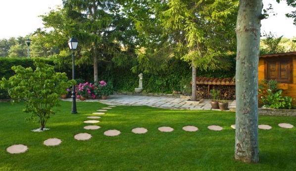 Senderos de troncos ideas para el jard n pinterest - Piedras para jardin baratas ...