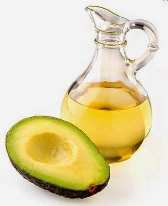 Já ouviu falar nos inúmeros benefícios do óleo de abacate na sua alimentação? Por ser uma gordura vegetal, previne o aparecimento de doenças cardiovasculares, inibe a absorção de gorduras saturadas pelo corpo e ainda ao ser uma importante fonte de vitamina E constitui-se um poderoso antioxidante, inibindo a formação de radicais livres. Mas nunca nos devemos esquecer que é uma gordura e como tal, o seu consumo deve ser moderado.