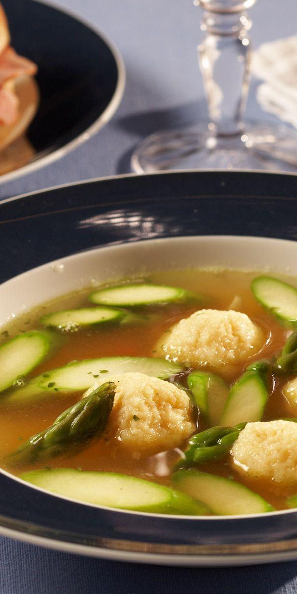 Ein tolles Abendessen: Grießklößchensuppe mit grünem Spargel verfeinert.
