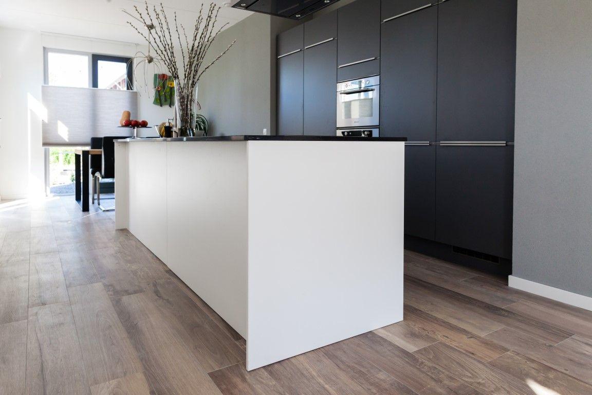 Houten Vloeren Arnhem : Is het een houten vloer? nee dit is een keramische parket vloer.. de