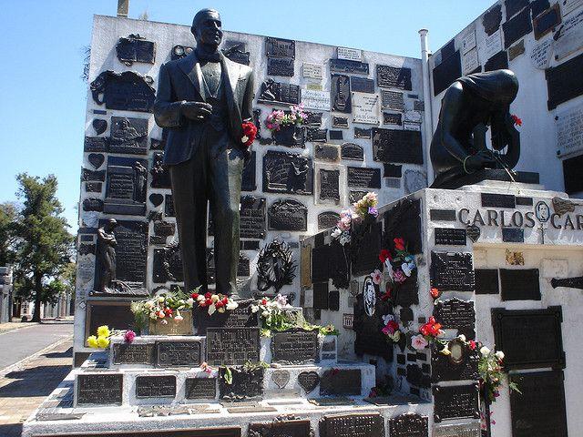 El 24 de junio de 1935 Carlos Gardel, junto con Alfredo Le Pera y algunos de sus músicos, falleció en el choque de dos aeroplanos a punto de despegar sobre la pista del Aeropuerto Las Playas de la ciudad de Medellín (Colombia) luego llamado aeropuerto Olaya Herrera.  Gardel fue enterrado primero en Medellín, pero luego Armando Defino ―su albaceas― logró la repatriación del cuerpo. Su mausoleo se encuentra en el Cementerio de la Chacarita, Buenos Aires, Argentina