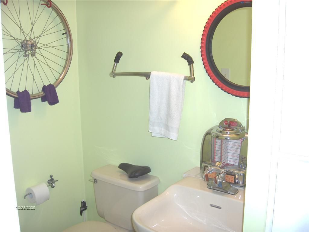 Bicycle themed rooms best bike theme winner decorating for Space themed bathroom accessories