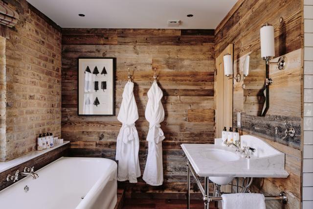 A Rustic Retreat at Londonu0027s Artist Residence Interesting use of - badezimmer gemütlich gestalten