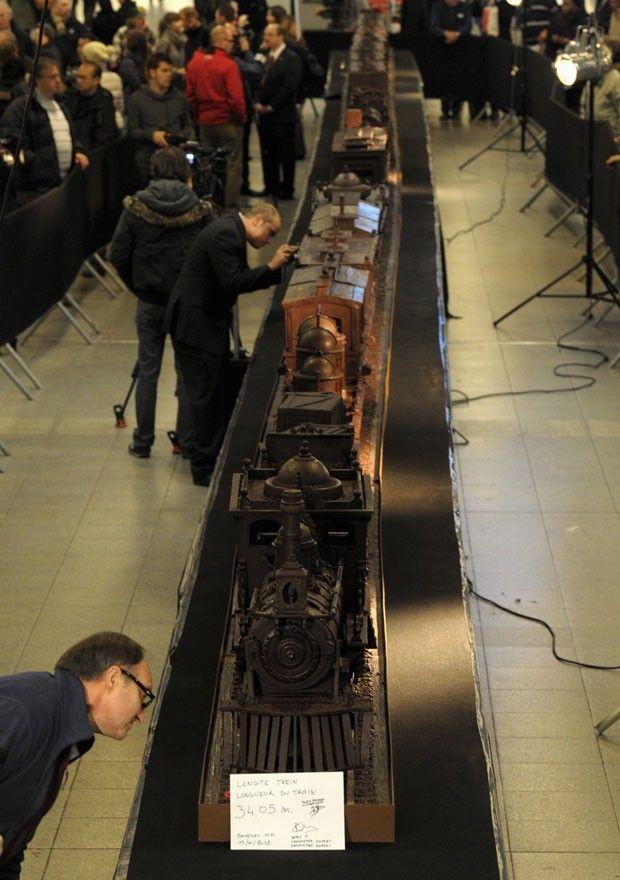 Artista Andrew Farrugia precisou de 784 horas de trabalho para criar o trem comestível. (Foto: Laurent Dubrule/Reuters)