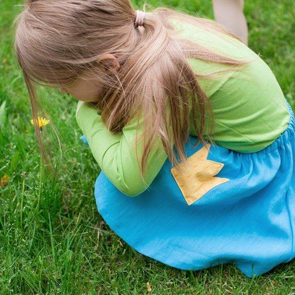 Kesäkeijun tuumaustuokio 👑 #vaapulahame #ramiepellava  #hattarapaita #puuvilla #poutapukimo #verkkokauppa #osoiteprofiilissa #kesähame #lapsille #tytöille #tehtysuomessa #kotimainen #suomalainentyö #kruunutasku #lastenvaate