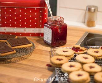 In der Tchibo Weihnachtsbäckerei: Linzer Plätzchen und Schoko-Spekulatius – Werbung