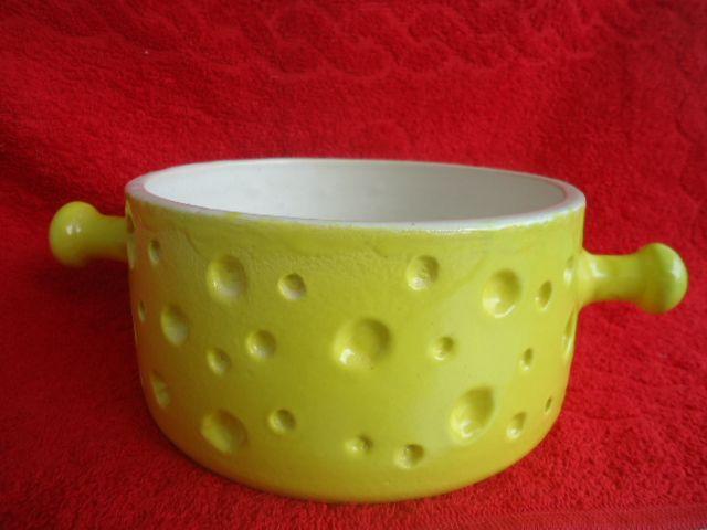 Panela de Fondue de Queijo em cerâmica de alta temperatura.  Cheese Fondue Pot in high-temperature ceramics. Técnica: Torno  Esmalte: amarelo e branco movive  Argila: Shiro  Temperatura: 1250°