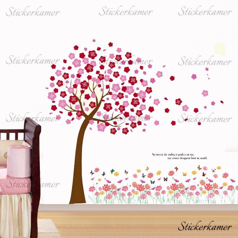 muursticker boom met roze en rode bloesem blaadjes en roze bloemen