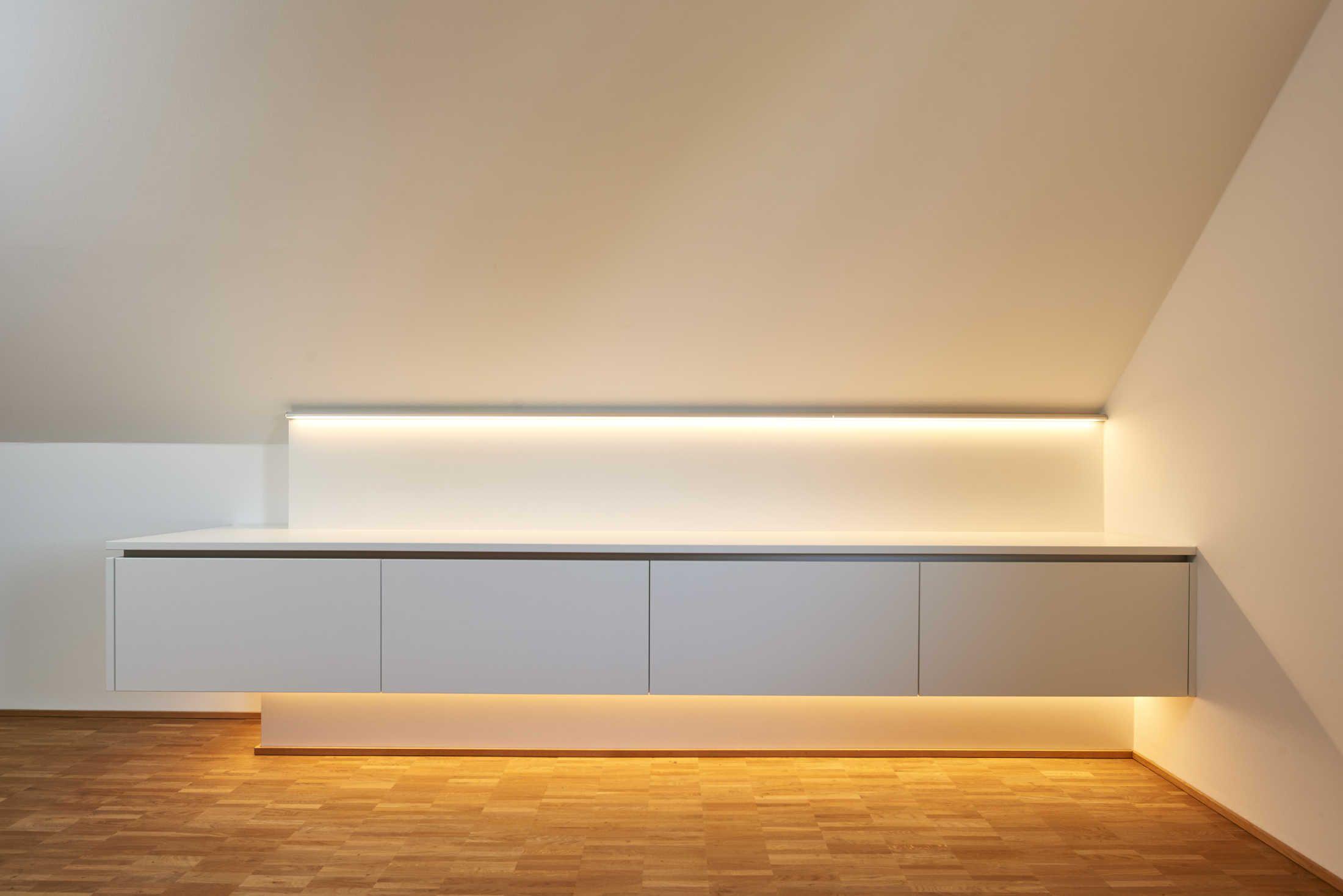 Diese Ankleide Unter Der Dachschrage Besticht Durch Ihr Schlichtes Design Das An Der Wand Montierte Of Ankleide Beleuchtung Dachschrage Indirekte Beleuchtung