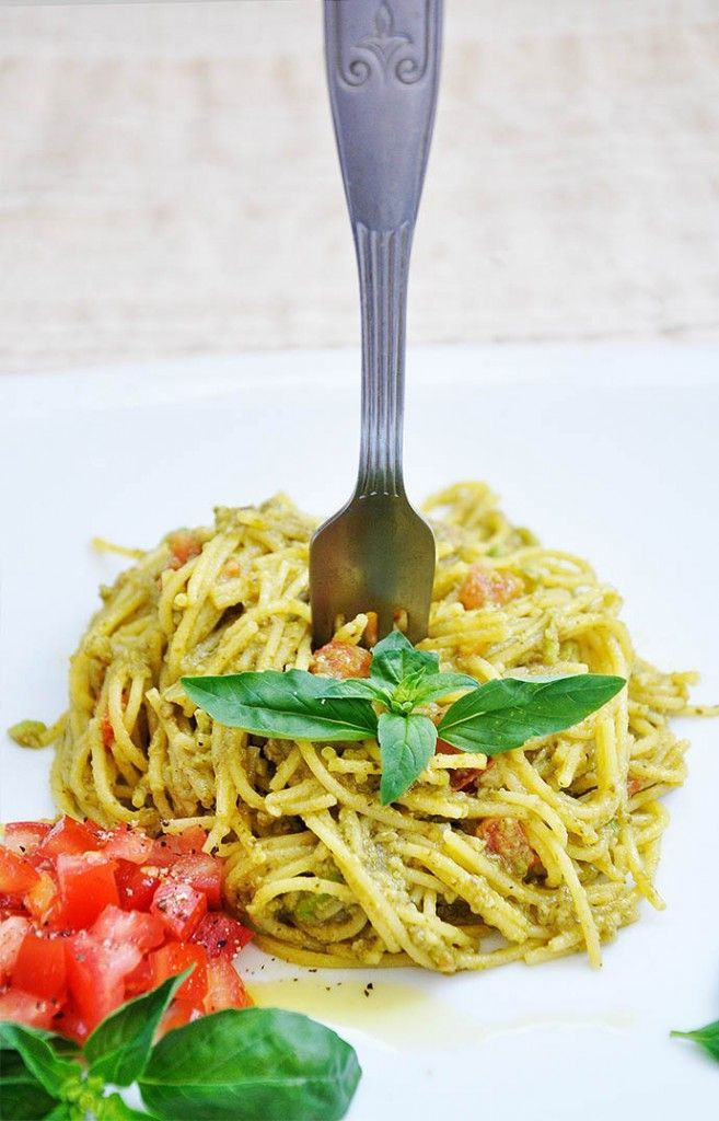 This is a creamy avocado pasta recipe with basil and tomatoes is a 15-minute easy spaghetti meal with healthy, fresh ingredients, great textures and lovely flavors. It's also gluten-free and vegan! #GlutenFree #Vegan | www.gourmandelle.com