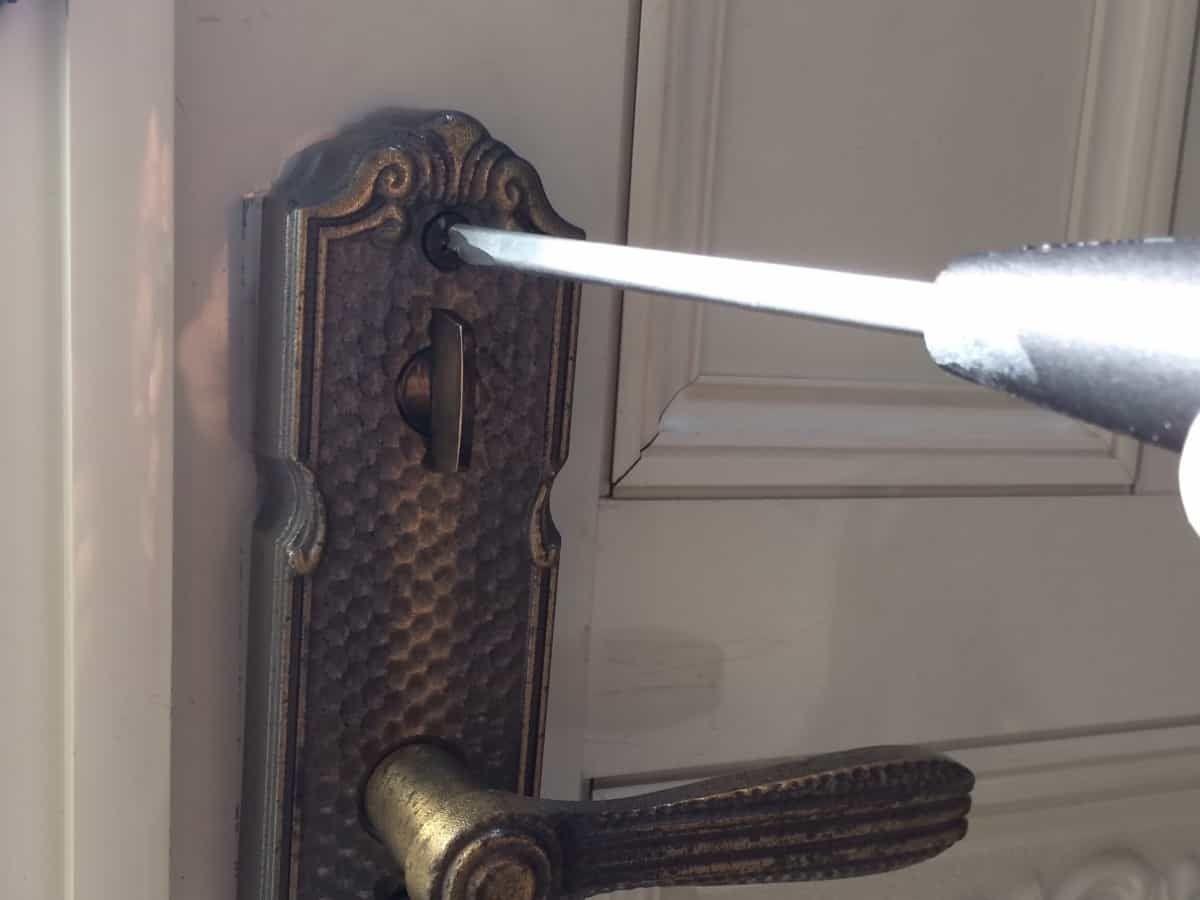 玄関扉の鍵シリンダーをディンプルキーに交換する方法 ドアノブ 玄関 ドアノブ 玄関扉