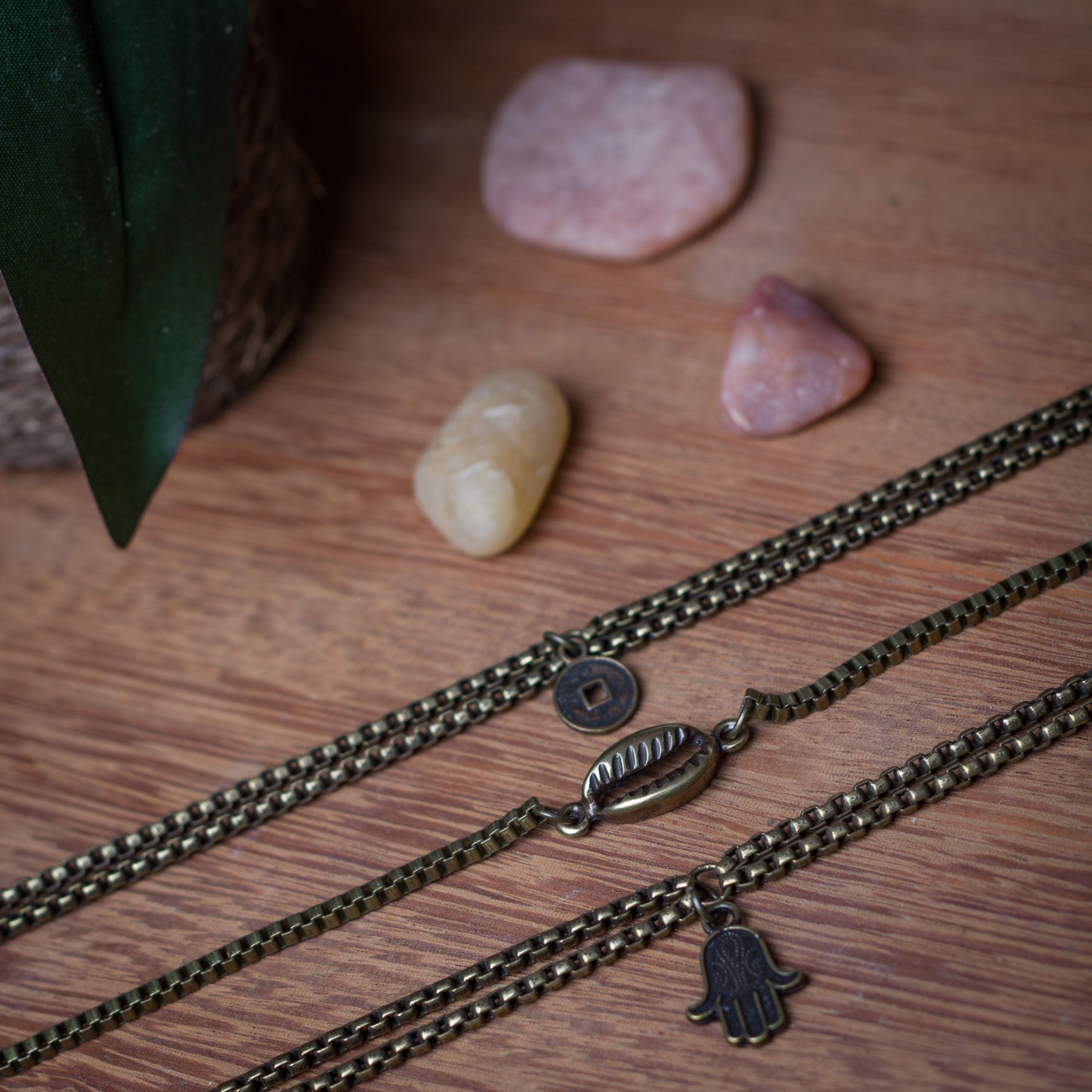 Pulseiras Chains super zen! #zen #pena #feather #ourovelho #folha #buda #hamsa #moedachinesa #luck #acessorios #amomuito