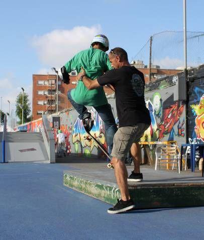 """Paolo Pica insegna le tecniche dello skateboard, descritte anche nel suo libro """"Skate""""."""