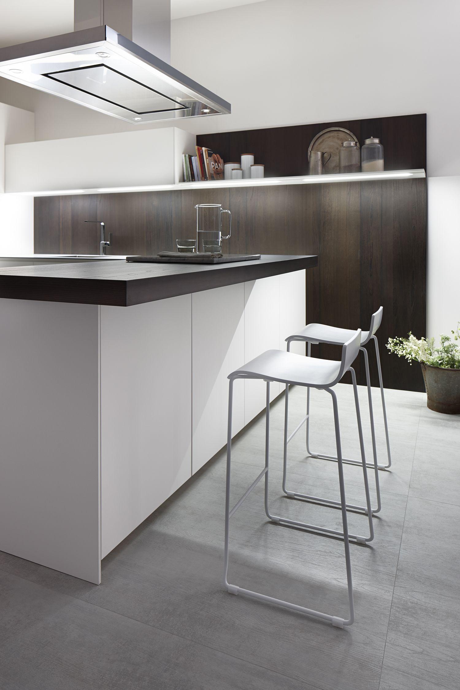 dica | Serie 45 Una cocina blanca combinada con madera oscura, con ...