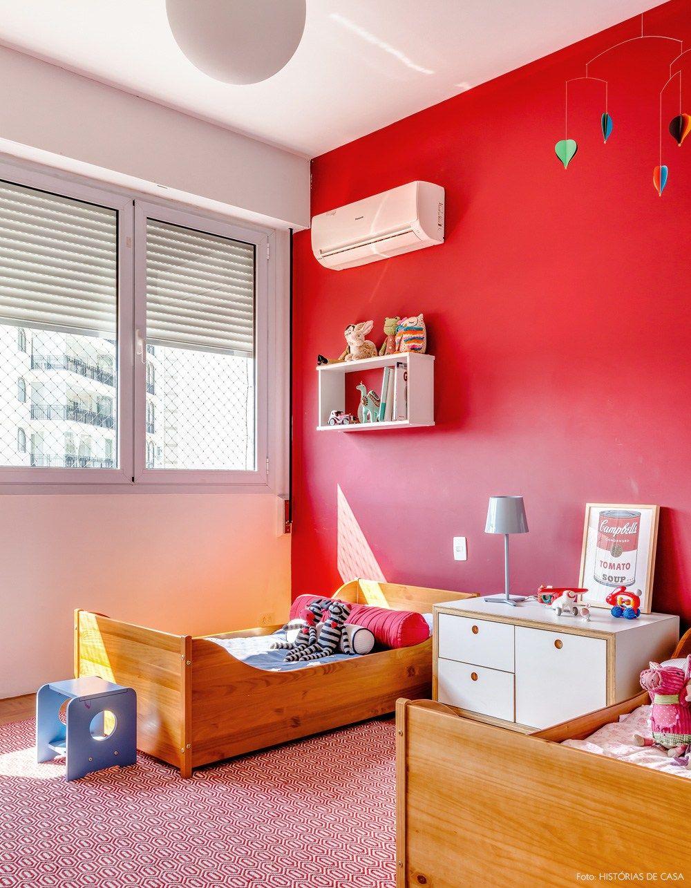 Quarto Infantil Tem Parede Vermelha, Tapete Estampado Na Mesma Cor E Camas  De Madeira.